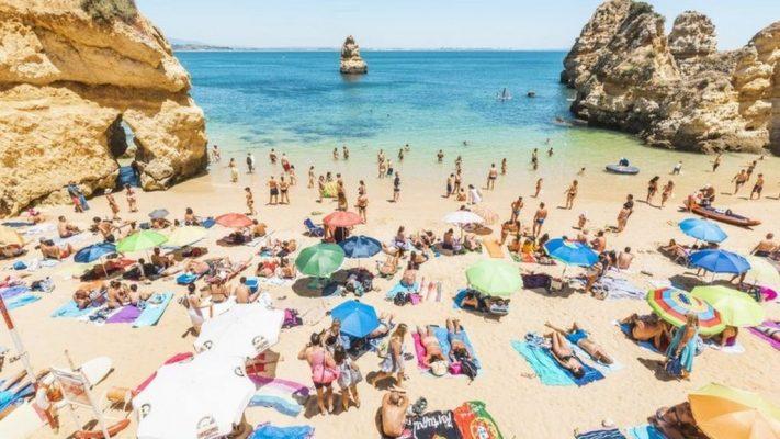 người Đức đổ xô đến du lịch Algavre 2020